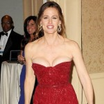 jennifer garner avoids wardrobe malfunction-featured