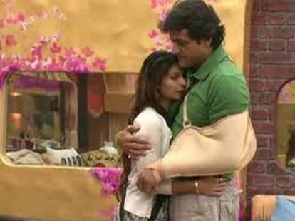 armaan-tanisha-hugging-showbizbites