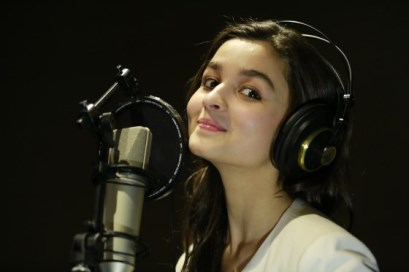 http://www.showbizbites.com/wp-content/uploads/2014/01/alia-bhatt-to-sing-for-highway-showbizbites-02.jpg