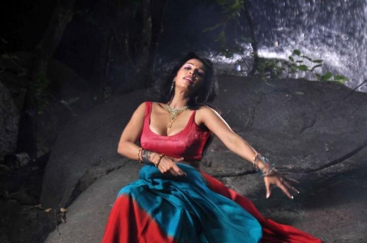 asha-saini-hot photos-showbizbites-featured