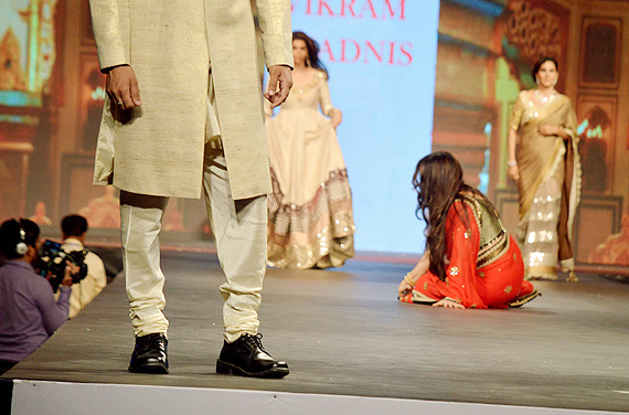 poonam falls on the ramp-showbizbites-01