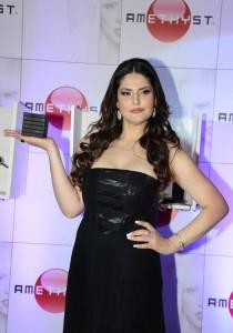 zarine khan at the launch-showbizbites-03