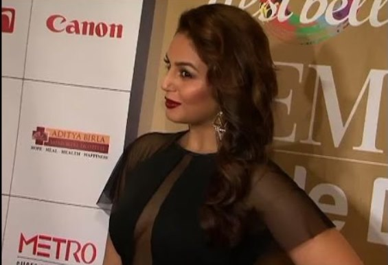 huma qureshi breast-03
