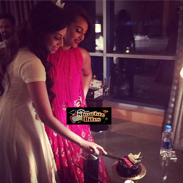 sonakshi celebrates fan's birthday-01