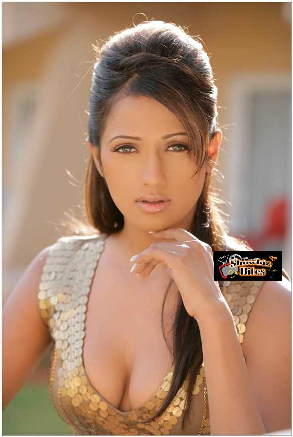 Brinda Parekh Cleavage-07