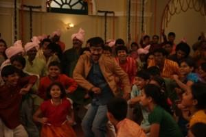 Ajay Devgn's Dance with 50 Children for Bum Pe Laat Song