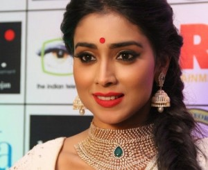 Pictures: Shriya Saran Looks Damn Hot 'n' Happening at GR8 Women Awards 2014