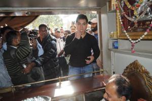 Pics: PK Khaye Banarsi Pan – Yes, Aamir Khan Eats Banarsi Pan